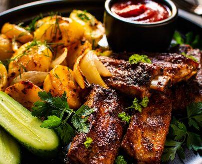 Gargantua Delivery: Coaste de porc la cuptor cu sos barbeque și cartofi wedges