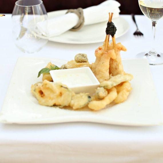 Fritto misto din creveți, inele de calamar, zucchini, măsline cu ton.