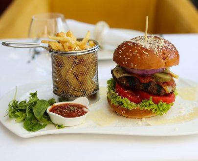 Hamburger gourmet din vită charolaise cu cartofi prăjiți și salată