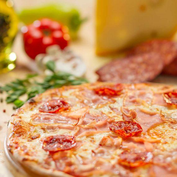 Pizza Boscaiola - mozzarella, sos de roșii, salam, bacon, șuncă