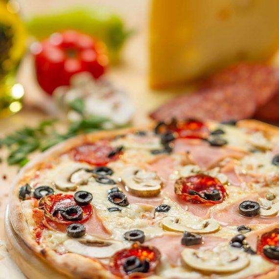 Pizza Capriciosa - sos de roșii, mozzarella, șuncă, ciuperci, măsline, salam