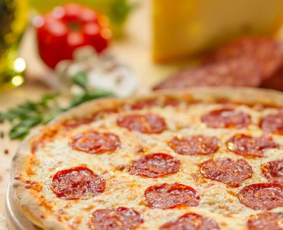 Pizza Diavola picantă, sos roșii, pepperoncini, mozzarella, salam