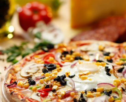 Pizza Gargantua - sos de roșii, mozzarella, ciuperci, bacon, ou, ceapă, șuncă, ardei gras, porumb, măsline