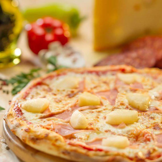 Pizza Hawaiana - sos de roșii, mozzarella, șuncă, ananas