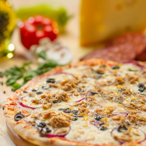 Pizza Pescatore - ton, porumb, mozzarella, ceapă, măsline, sos roșii