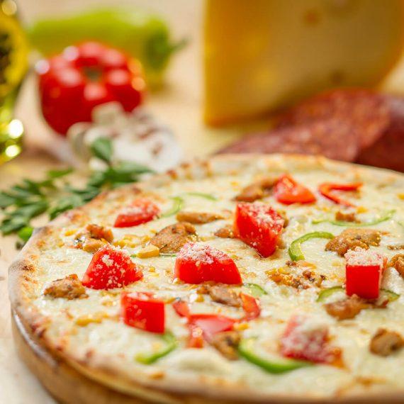 Pizza Pollo - sos alb, mozzarella, piept de pui, roșii, ardei gras, porumb dulce, parmezan