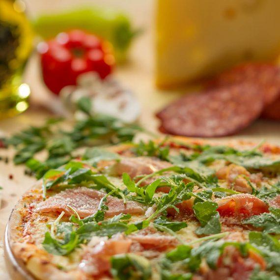 Pizza prosciutto crudo e rucola - sos de roșii, mozzarella, prosciutto crudo, rucola