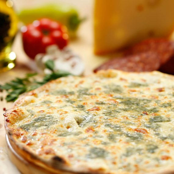 Pizza Quattro Formaggi - mozzarella, parmezan, brânză brie, gorgonzola, smântână