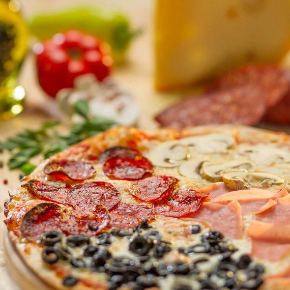 Pizza Quattro Stagioni - sos de roșii, mozzarella, șuncă, ciuperci, măsline, salam