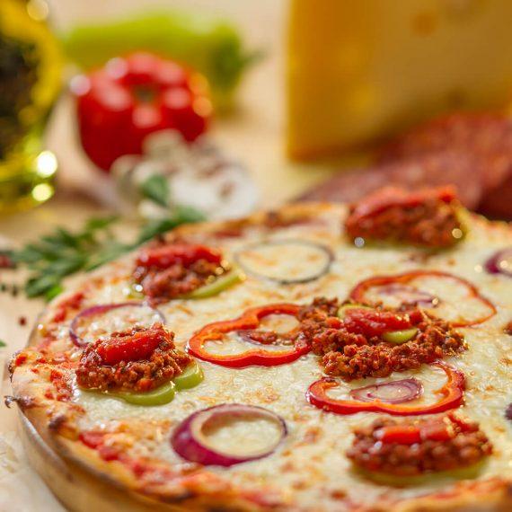 Pizza Ragu - sos roșii , vrăbioară de mânzat, mozzarella, usturoi, ceapă, sare, piper, oregano