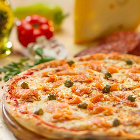 Pizza somon fume - sos de roșii, somon fume, mozzarella, capere, smântână