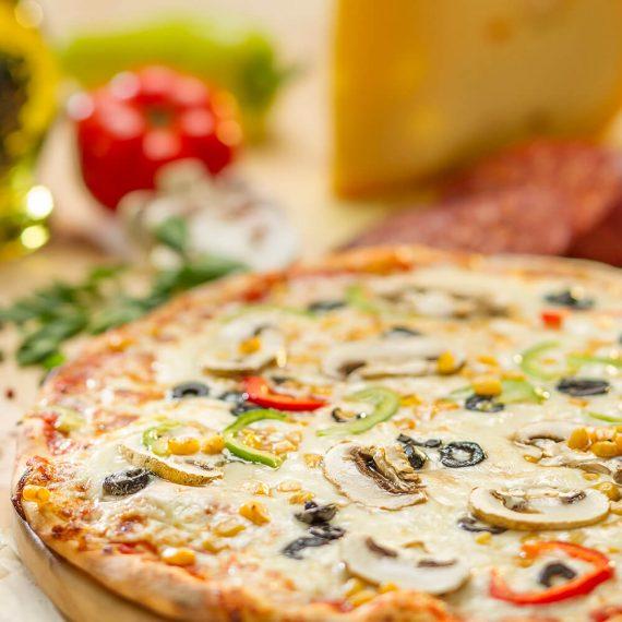 Pizza vegetariană - sos de roșii, măsline, ardei gras, ceapă, porumb, ciuperci, mozzarella