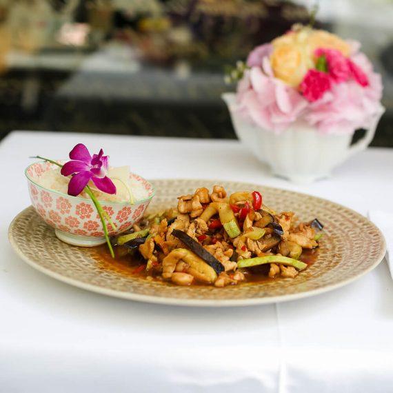 Pui stir-fry cu legume la wok și orez basmati