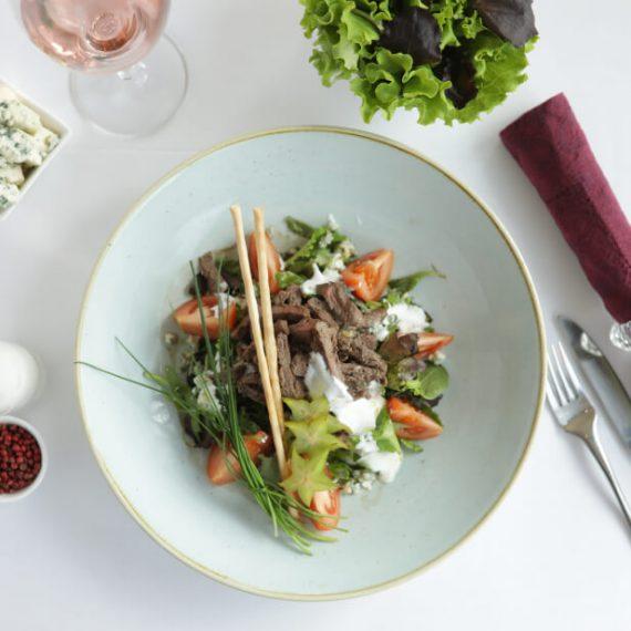 Salată cu mușchi de vită la grătar și sos gorgonzola cu iaurt