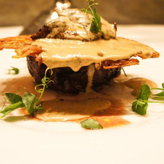 Skyscraper din mușchi de vită, foie gras și sos de trufe negre cu coniac